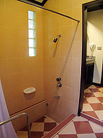 プーケット ヴィラコテージのホテル : カオラック パーム ビーチ リゾート(Khaolak Palm Beach Resort)のデラックス ガーデンルームの設備 Bathroom