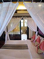 プーケット ヴィラコテージのホテル : カオラック パーム ビーチ リゾート(Khaolak Palm Beach Resort)のデラックス ジャグジールームの設備 Bedroom