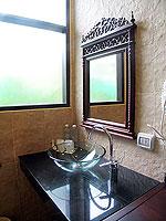 プーケット ヴィラコテージのホテル : カオラック パーム ビーチ リゾート(Khaolak Palm Beach Resort)のデラックス ジャグジールームの設備 Bathroom