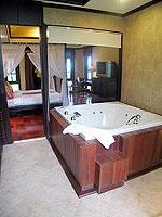 プーケット ヴィラコテージのホテル : カオラック パーム ビーチ リゾート(Khaolak Palm Beach Resort)のデラックス ジャグジールームの設備 Jacuzzi