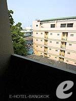 バンコク ファミリー&グループのホテル : カオサン パーク リゾート(Khaosan Park Resort)のツインルームの設備 Balcony