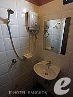 バンコク ファミリー&グループのホテル : カオサン パーク リゾート(Khaosan Park Resort)のツインルームの設備 Bathroom