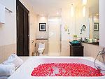 プーケット カオラックのホテル : ラ フローラ リゾート & スパ カオラック(La Flora Resort & Spa Khao Lak)のデラックスルームの設備 Bath Room