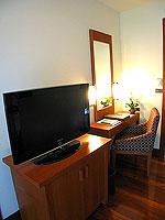 プーケット カオラックのホテル : ラ フローラ リゾート & スパ カオラック(La Flora Resort & Spa Khao Lak)のジャグジー ヴィラルームの設備 TV