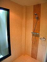 プーケット カオラックのホテル : ラ フローラ リゾート & スパ カオラック(La Flora Resort & Spa Khao Lak)のジャグジー ヴィラルームの設備 Bath Room