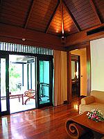 プーケット カオラックのホテル : ラ フローラ リゾート & スパ カオラック(La Flora Resort & Spa Khao Lak)のジャグジー ヴィラルームの設備 Living room