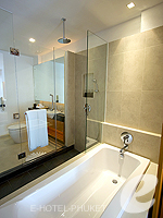 プーケット パトンビーチのホテル : ラ フローラ リゾート パトン(La Flora Resort Patong)のデラックス プールビュールームの設備 Bathroom