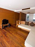 プーケット パトンビーチのホテル : ラ フローラ リゾート パトン(La Flora Resort Patong)のプール ヴィラ ウィズ ロフトルームの設備 Living Room