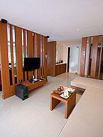 プーケット パトンビーチのホテル : ラ フローラ リゾート パトン(La Flora Resort Patong)のビーチフロント プール ヴィラルームの設備 Living Room