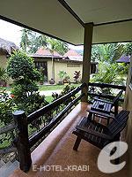 クラビ サービスヴィラのホテル : ランタ キャストアウェイ ビーチ リゾート(Lanta Castaway Beach Resort)のシーブリーズ バンガロールームの設備 Terrace