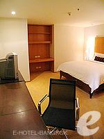 バンコク チャオプラヤ川周辺のホテル : ルブア アット ステート タワー(Lebua at State Tower)の3ベッドルーム エグゼクティブ スイートルームの設備 Writing Desk