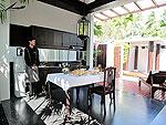 プーケット カタビーチのホテル : マリサ ヴィラ スイート(Malisa Villa Suites)のファミリー プール ヴィラルームの設備 Living Area