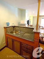 パタヤ ノースパタヤのホテル : マイク オーキッド リゾート(Mike Orchid Resort)のデラックス ルーム ルームの設備 Pantry Kitchen