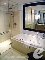 Bathroom : Executive (แม่น้ำเจ้าพระยา) โรงแรมในกรุงเทพฯ, ประเทศไทย