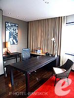 Writing Desk : Executive Suite (แม่น้ำเจ้าพระยา) โรงแรมในกรุงเทพฯ, ประเทศไทย