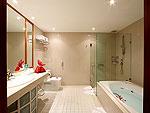プーケット スパ併設のホテル : モム トリズ ヴィラ ロイヤル(Mom Tri's Villa Royale)のロイヤル ウィング スイートルームの設備 Bath Room
