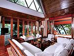 プーケット スパ併設のホテル : モム トリズ ヴィラ ロイヤル(Mom Tri's Villa Royale)のシー(ダオ・ア・デュン・スイート)ルームの設備 Living Room
