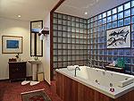 プーケット スパ併設のホテル : モム トリズ ヴィラ ロイヤル(Mom Tri's Villa Royale)のオーシャン ウィング ブルゴーニュルームの設備 Bath Room