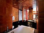 プーケット スパ併設のホテル : モム トリズ ヴィラ ロイヤル(Mom Tri's Villa Royale)のビーチ ウィング スイートルームの設備 Bath Room