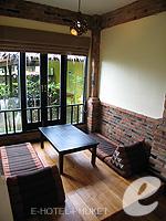 プーケット カオラックのホテル : モーティブ コテージ リゾート(Motive Cottage Resort)のデラックスルームルームの設備 Living Area