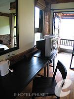 プーケット カオラックのホテル : モーティブ コテージ リゾート(Motive Cottage Resort)のデラックスルームルームの設備 Writing Desk