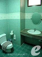 プーケット ロングステイのホテル : ナナイ ヴィラ(Nanai Villa)のスタジオルームの設備 Bathroom