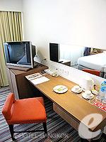 バンコク シーロム・サトーン周辺のホテル : ナライ ホテル(Narai Hotel)のスーペリア ルームルームの設備 Writing Desk