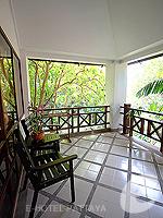 パタヤ ジョムティエンビーチのホテル : ナチュラル パーク リゾート(Natural Park Resort)のジュニア スイート ルームルームの設備 Balcony