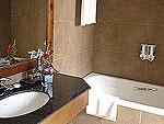 サムイ島 チャウエンビーチのホテル : ノラ レイクビュー ホテル(Nora Lakeview Hotel)のデラックスルームの設備 Bathtub