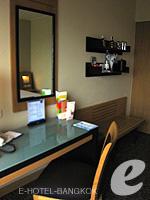 バンコク サイアム・プラトゥーナムのホテル : ノボテル バンコク オン サイアムスクエア(Novotel Bangkok On Siam Square)のスーペリアルームの設備 Writing Desk