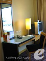 バンコク サイアム・プラトゥーナムのホテル : ノボテル バンコク オン サイアムスクエア(Novotel Bangkok On Siam Square)のデラックスルームの設備 Writing Desk