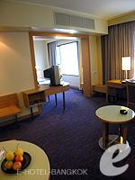 バンコク サイアム・プラトゥーナムのホテル : ノボテル バンコク オン サイアムスクエア(Novotel Bangkok On Siam Square)のスイートルームの設備 Living Room