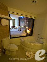 プーケット ファミリー&グループのホテル : ノボテル プーケット ビンテージ パークリゾート(Novotel Phuket Vintage Park)のデラックス プールアセスルームの設備 Bath Room