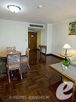 バンコク ファミリー&グループのホテル : オムニ タワー スクンビット ナナ バイ コンパス ホスピタリティ(Omni Tower Sukhumvit Nana by Compass Hospitality)の1ベッドルーム エグゼクティブルームの設備 Living Room
