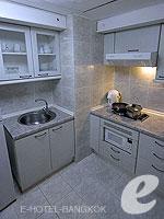 バンコク ファミリー&グループのホテル : オムニ タワー スクンビット ナナ バイ コンパス ホスピタリティ(Omni Tower Sukhumvit Nana by Compass Hospitality)の1ベッドルーム エグゼクティブルームの設備 Kitchen