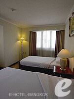 バンコク ファミリー&グループのホテル : オムニ タワー スクンビット ナナ バイ コンパス ホスピタリティ(Omni Tower Sukhumvit Nana by Compass Hospitality)の2ベッドルーム エグゼクティブルームの設備 Sub Bedroom