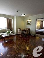 バンコク ファミリー&グループのホテル : オムニ タワー スクンビット ナナ バイ コンパス ホスピタリティ(Omni Tower Sukhumvit Nana by Compass Hospitality)の2ベッドルーム エグゼクティブルームの設備 Living Room