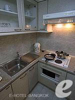 バンコク ファミリー&グループのホテル : オムニ タワー スクンビット ナナ バイ コンパス ホスピタリティ(Omni Tower Sukhumvit Nana by Compass Hospitality)の2ベッドルーム エグゼクティブルームの設備 Kitchen