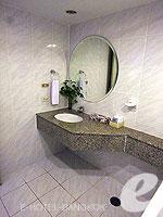 バンコク ファミリー&グループのホテル : オムニ タワー スクンビット ナナ バイ コンパス ホスピタリティ(Omni Tower Sukhumvit Nana by Compass Hospitality)の2ベッドルーム エグゼクティブルームの設備 Bath Room
