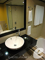 プーケット スパ併設のホテル : アウトリガー ラグーナ プーケット リゾート(Outrigger Laguna Phuket Beach Resort)のデラックス ラグーンルームの設備 Bath Room