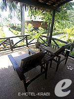 クラビ キャンペーンのホテル : ピピ アイランド ヴィレッジ ビーチリゾート(Phi Phi Island Village Beach Resort)のスーペリア バンガロウルームの設備 Terrace