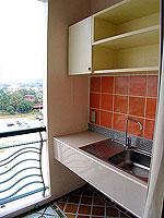 パタヤ シラチャーのホテル : パシフィック パーク ホテル & レジデンス(Pacific Park Hotel & Residence)のスタンダード(ホテルウィング)ルームの設備 Kitchen