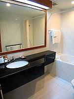 パタヤ シラチャーのホテル : パシフィック パーク ホテル & レジデンス(Pacific Park Hotel & Residence)のエグゼクティブ デラックス コーナー(ホテル ウィング)ルームの設備 Bath Room