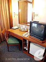 バンコク サイアム・プラトゥーナムのホテル : パトゥムワン プリンセス ホテル(Pathumwan Princess Hotel)のスーペリアルームの設備 Writing Desk