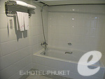 プーケット ビーチフロントのホテル : パトン ベイ ガーデン リゾート(Patong Bay Garden Resort)のデラックス バルコニールームの設備 Bathroom