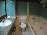 プーケット ビーチフロントのホテル : パトン ベイ ガーデン リゾート(Patong Bay Garden Resort)のジュニア スイートルームの設備 Bathroom