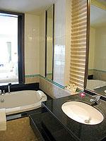 プーケット パトンビーチのホテル : パトン パラゴン リゾート&スパ(Patong Paragon Resort & Spa)のデラックスルームの設備 Bathroom