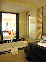 プーケット パトンビーチのホテル : パトン パラゴン リゾート&スパ(Patong Paragon Resort & Spa)のジュニア スイートルームの設備 Bathroom