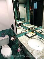 パタヤ サウスパタヤのホテル : アヴァニ パタヤ リゾート&スパ(AVANI Pattaya Resort & Spa)のデラックス ルームルームの設備 Bathroom