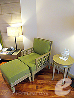 パタヤ サウスパタヤのホテル : アヴァニ パタヤ リゾート&スパ(AVANI Pattaya Resort & Spa)のテラス スイートルームの設備 Relax Chair
